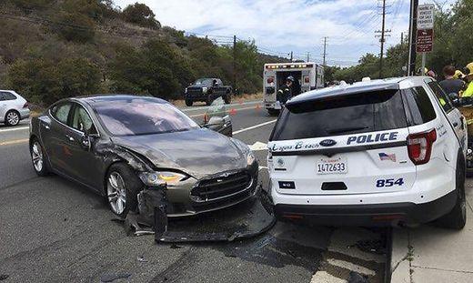 Mit Polizeiauto kollidiert: Erneut Tesla-Unfall mit eingeschalteter ...