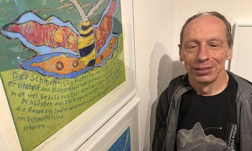 """Jürgen Ceplak in der Galerie in Klagenfurt vor einem seiner Bilder. Der Titel des Werkes: """"Der Schmetterling"""""""