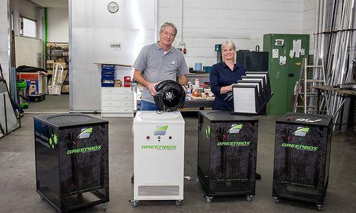 Geschäftsführer Anton Kluge mit Tochter Evelin Santer und den Filtergeräten
