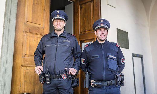 Zwei Bedienstete des Ordnungsamts halten Wache
