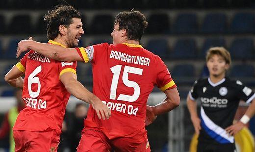 Julian Baumgartlinger (rechts) gratuliert Aleksander Dragovic zum Siegtreffer
