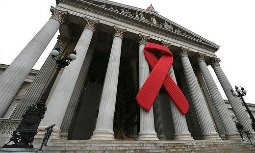 Das Red Ribbon im Oktober vor dem Parlament