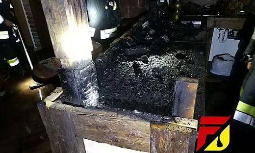 Ein hölzerner Tisch wurde Raub der Flammen
