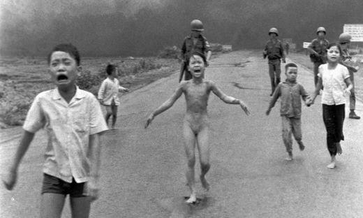 Das Bild, das die damals neunjährige Kim Phuc Phan Thi nach dem Napalm-Angriff zeigt, wurde mit dem Pulitzer-Preis ausgezeichnet