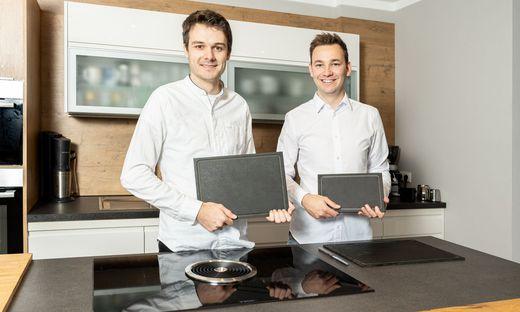 """Jungunternehmer Armin Hofmann (rechts) und Roland Tiefnig mit ihrem Brettln: """"Natürlich, widerstandsfest, einfach schön"""""""