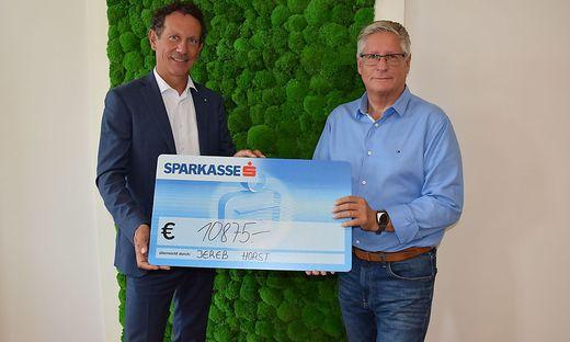 Anton Dietrichsteiner von der Sparkasse Feldkirchen und der Veranstalter Horst Jereb bei der Spendenübergabe