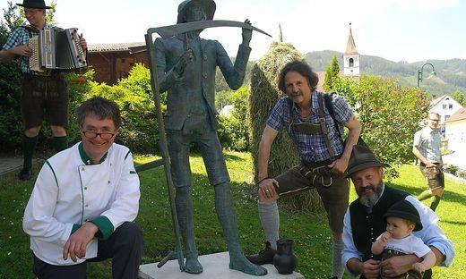 Johann Wöls, Martin Karlik und Peter Ziegler (v. l.) bei der Enthüllung der Skulptur
