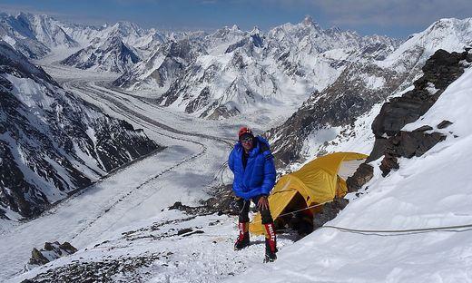 Gipfelstürmer Wenzl in einem Hochlager (rechts) vor dem Panorama des Baltoro-Gletschers