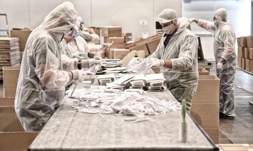 Im Verpackungsraum der Blumenhalle, Verpackungen werden konfektioniert
