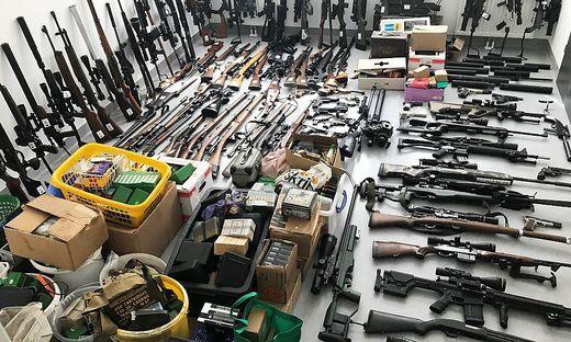Zahlreiche verbotene und registrierpflichtige Waffen