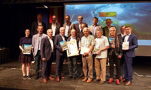 Einige der Geehrten mit Bürgermeister Josef Ober und Landesrat Johann Seitinger, der die Urkunde an Adolf Haluschan überreichte
