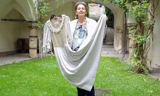 Christine Pantak mit einem alten Trachtenkleid aus schwerem Leinen
