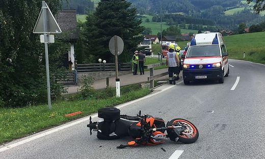 Das Motorrad war von einem Auto erfasst worden