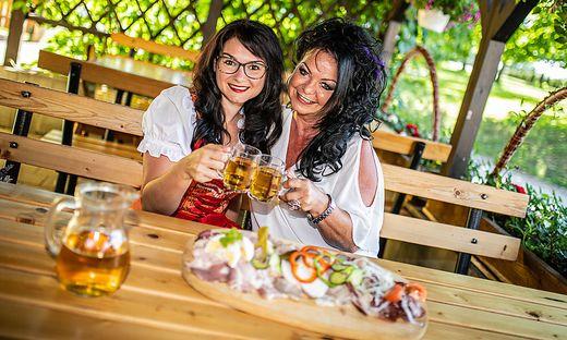 Buschenschank Blumenhof Familie Kassl Inge mit Tochter Carina Gurtschitschach Juni 2019