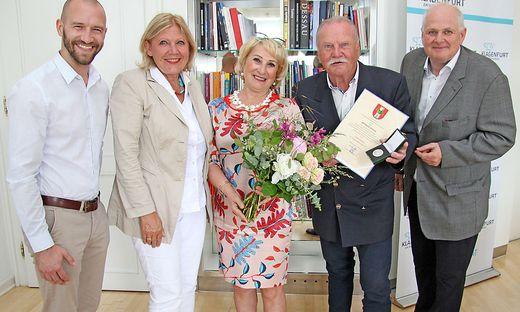Maria-Luise Mathiaschitz ehrte Willy Jellitsch, der mit Lebenspartnerin Ramonda, Enkler Michael Unterweger und Peter Wenig ins Rathaus gekommen war.