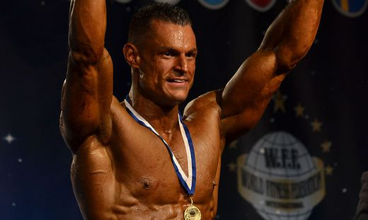 Klaus Drescher jubelt über die Goldmedaille, er erhielt auch eine Profilizenz