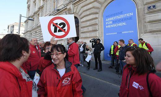 ÖGB protestiert vor dem Haus der Industrie