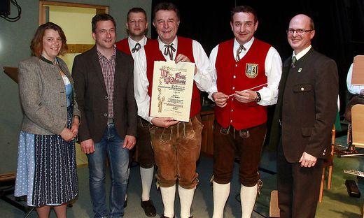 """Karl Urschler (3. v. r.) bekam das """"Verdienstkreuz in Silber"""" des Blasmusikverbandes überreicht"""