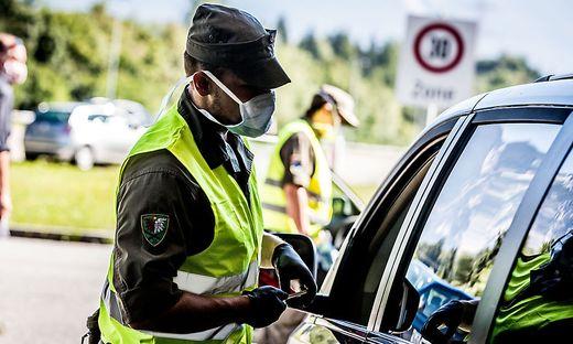 Polizisten vertrauen auf ihre Menschenkenntnis, um falsche Auskünfte zu entlarven