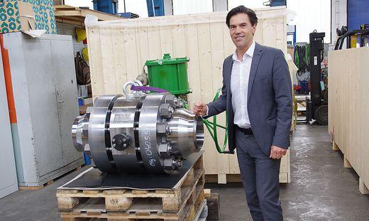 Geschäftsführer Peter Mandl mit einem aufwendigen Ventil für die Hochdrucktechnik