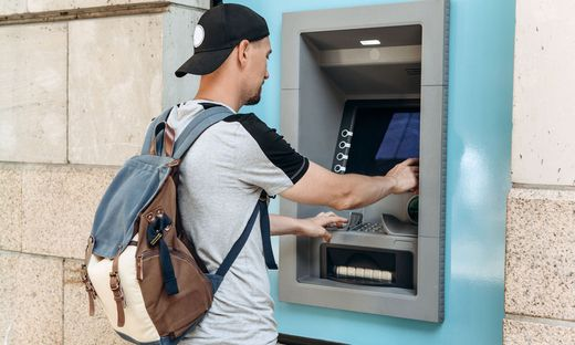Aufschläge auf Wechselkurse machen Geldabheben teuer