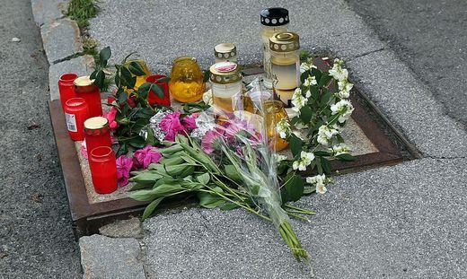 Vor dem Lokal in Drobollach wurden Kerzen angezündet und Blumen niedergelegt