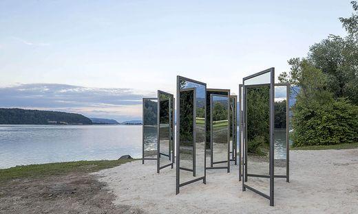 Diese Spiegel verändern die Perspektive: Armin Guerino hat sie in Unterkrajach an der Drau aufgestellt