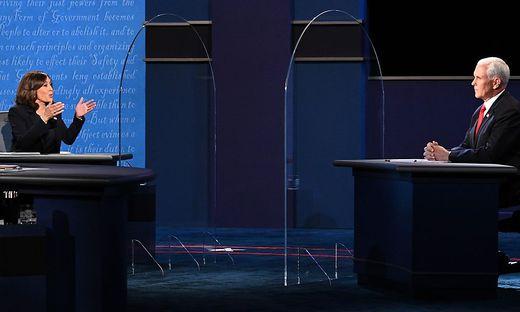 Im TV-Duell zwischen Kamala Harris und Mike Pence hatte sich eine Fliege auf Pence niedergelassen. Nun nahm Komiker Jim Carrey die Szene aufs Korn