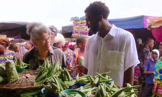 Stephen Satterfield auf einem Markt in Benin