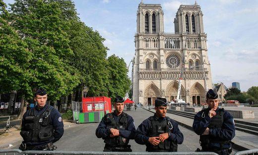 Abgesperrt und gut bewacht: die teilweise zerstörte Notre Dame
