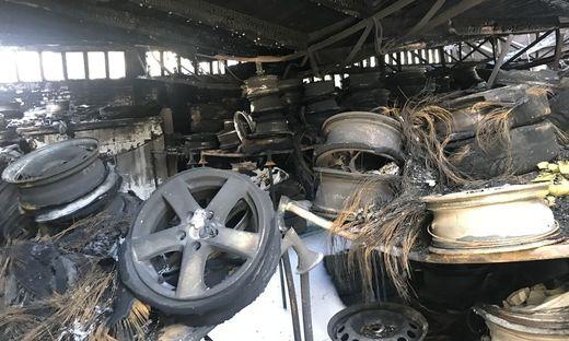 Dieses Reifenlager stand in Vollbrand
