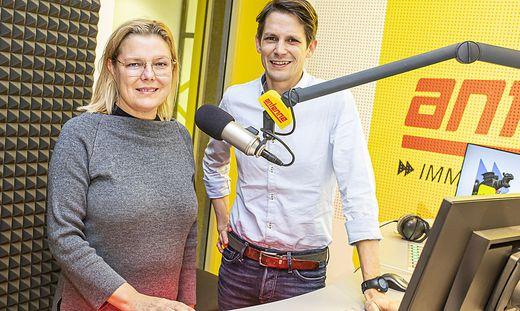 Kathrin Stainer-Hämmerle mit Redakteur Thomas Cik bei der Aufnahme des Podcasts