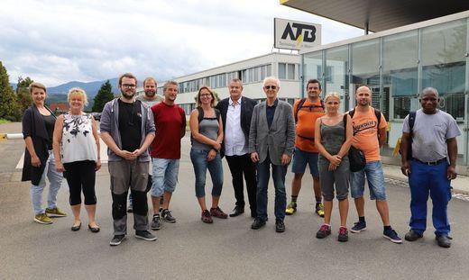 Betriebsrat Michael Leitner und der Industrielle Mirko Kovats (beide Mitte) mit ATB-Mitarbeitern am Montagnachmittag (3. August)