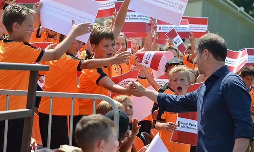 Franco Foda mit seinen jungen Fans