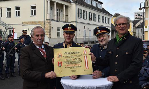 Bürgermeister Helmut Walch mit Bezirkspolizeikommandant Christian Zöhrer, Dienststellenleiter Harald Gosch und seinem Vorgänger Heimo Aldrian
