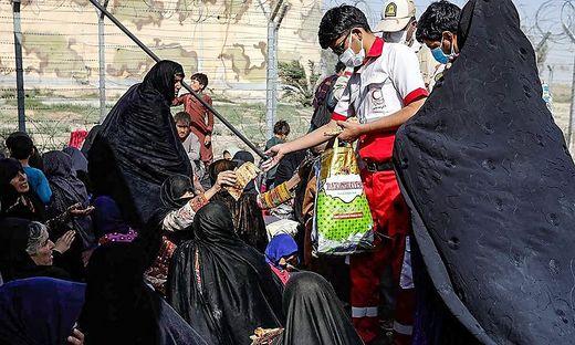 Afghanische Flüchtlinge an der Grenze zum Iran, Helfer vom Roten Halbmond