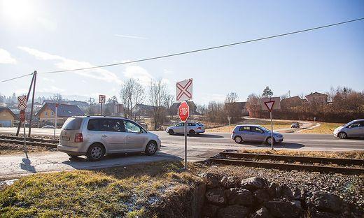 Beim Bahnübergang Lambichl kam es immer wieder zu Zusammenstößen zwischen Autos und Zug.
