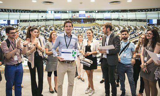 """Neben seiner Arbeit ist Philipp Brugner auch ehrenamtlich bei den """"Young European Ambassadors"""" tätig"""