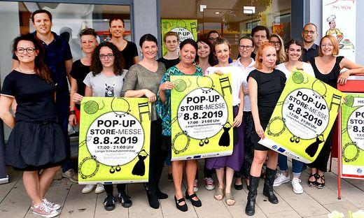 """Aussteller mit Organisatoren bei der 1. """"Pop-Up-Store-Messe"""" in der Fürstenfelder Hauptstrasse zeigten sich vom Besucherinteresse hoch zufrieden"""