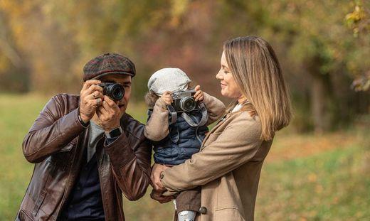Familienzeit im Grünen: Conny Leban-Ibrakovic und Dado Ibrakovic mit Söhnchen Finn beim Spazierengehen am Rielteich in Andritz
