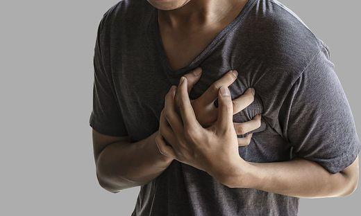 Bei einem Herzinfarkt geht es um Minuten: schnelle Erste Hilfe, Herzdruckmassage, Beatmung, halb automatische Defibrillatoren einsetzen, die Rettung verständigen, keine Angst haben.