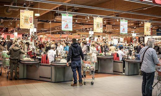 Blumen, Spielzeug, Kleidung: Viele Supermärkte haben mehr als Lebensmittel im Angebot