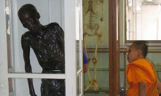 Si Quey wird seit Jahrzehnten in der Siriraj-Klinik ausgestellt