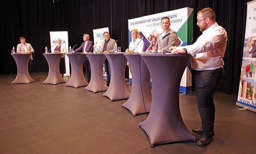Das Podium, von links: Wintschnig (NEOS), Staber (Grüne), Koch (SPÖ), Moderator Gregor Waltl, Kaltenegger (ÖVP), Pensl (FPÖ) und Klösch (KPÖ)