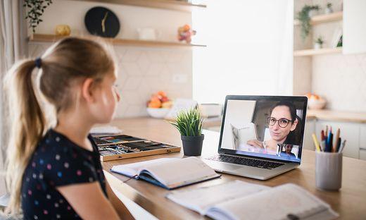 Kind im Online-Unterricht