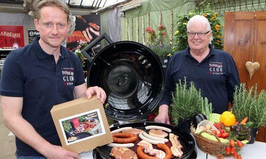 Stefan Seiser und Horst Binder präsentieren ihre neue Grillbox