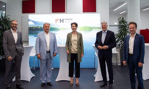 Herlitschka flankiert von Geschäftsführer Siegfried Spanz, Hans Peter Haselsteiner, Vorsitzender des Fördervereins, Landeshauptmann Peter Kaiser und Rektor Peter Granig