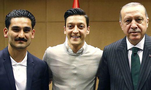 Ilkan Gündogan (links) und Mesut Özil (Mitte) mit dem türkischen Präsidenten Recep Tayyip Erdogan