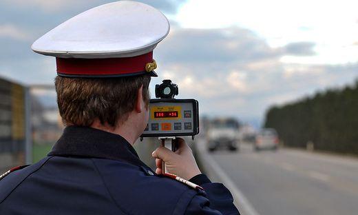 Ein Kärntner war mit gestohlenen Kennzeichen viel zu schnell auf der Tauern Autobahn in Salzburg unterwegs. Jetzt wurde er ausgeforscht (Symbolfoto)