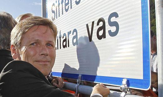 Staatssekretär Josef Ostermayer bei der Auftstellung der zweisprachigen Ortstafeln vor zehn Jahren in Kärnten